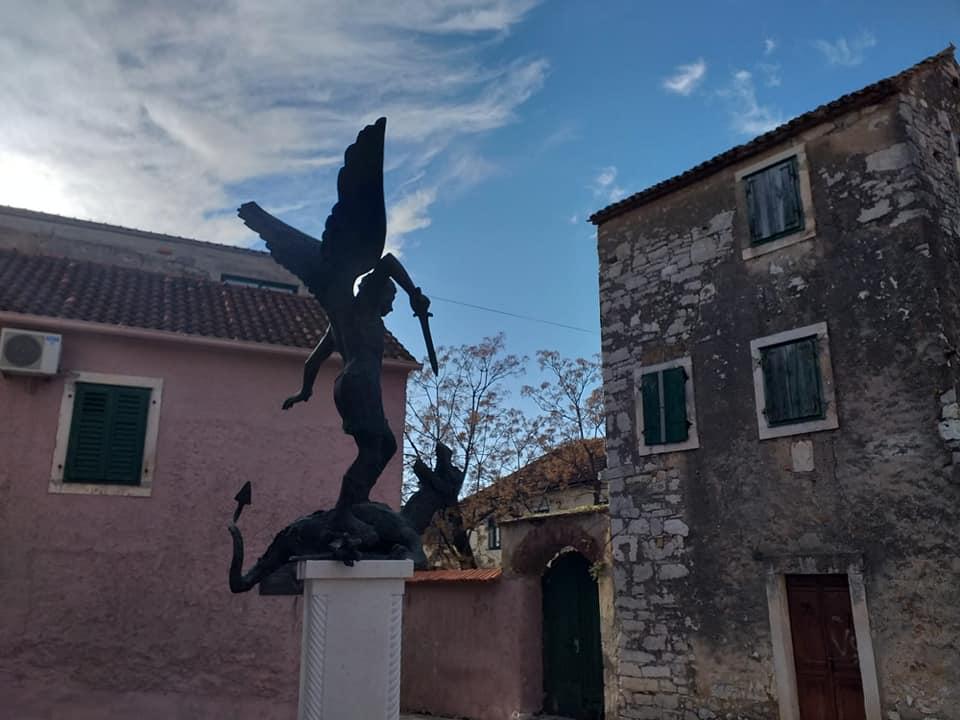 Sv. Mihovil - prvi crkveni kip u Općini Sv. Filip i Jakov
