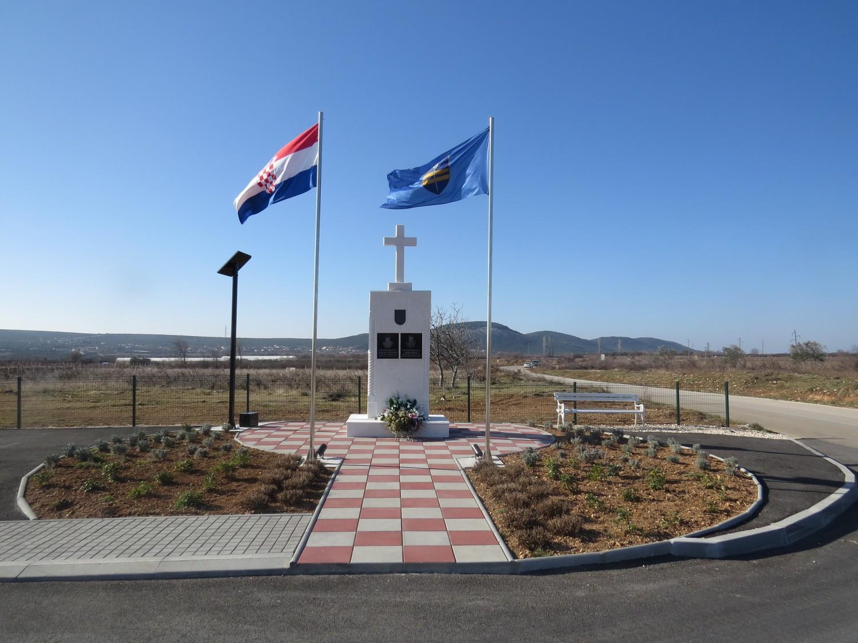 RAŠTANE GORNJE: spomenik poginulim hrvatskim braniteljima Nadi Rogiću i Tihomiru Mitroviću i NOVOUREĐENI TRG