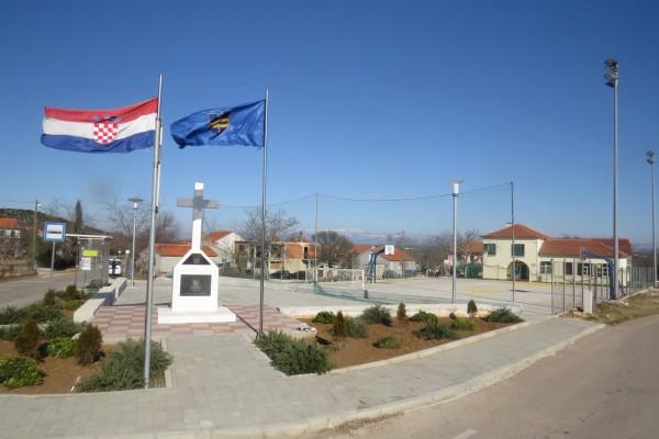 RAŠTANE DONJE: spomenik hrvatskom branitelju Galešić Zoranu i NOVOUREĐENI TRG