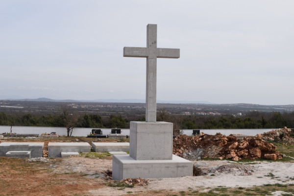 Raštane Donje: Križ na groblju