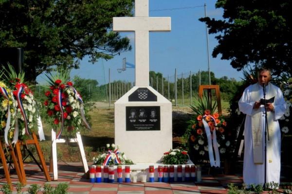 SIKOVO: spomenik hrvatskim vitezovima Ivici Erstiću, Nevenu Mikuliću i Nikici Mikuliću
